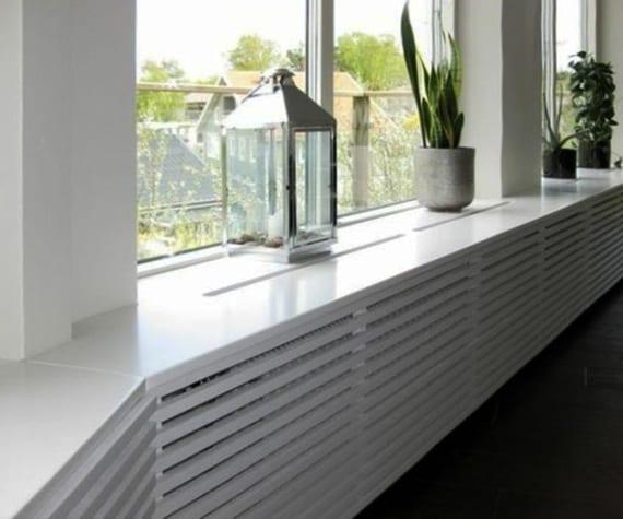 weiße fensterbank modern dekorieren mit metalllaterne und schwarzen blumentöpfen