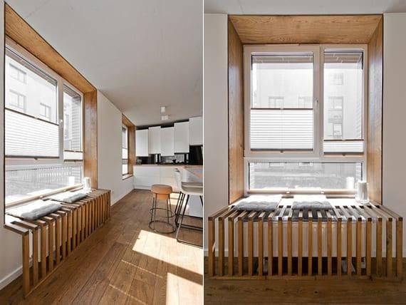 moderne küchengestaltung mit holzboden, weißer küche mit schwarzer spritzwand, fensterholzverkleidung und DIY Fenster-Sitzbank aus holz