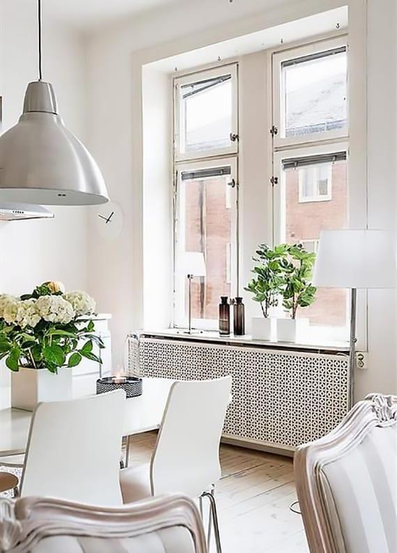 kleines wohnesszimmer im rustikalen stil komplett in weiß gestalten mit esstisch und stühlen aus holz, sideboard weiß, vintage pendellampen metall, steh- und tischlampe weiß, radiatorabdeckung weiß und blumendeko mit weißen blumentöpfen