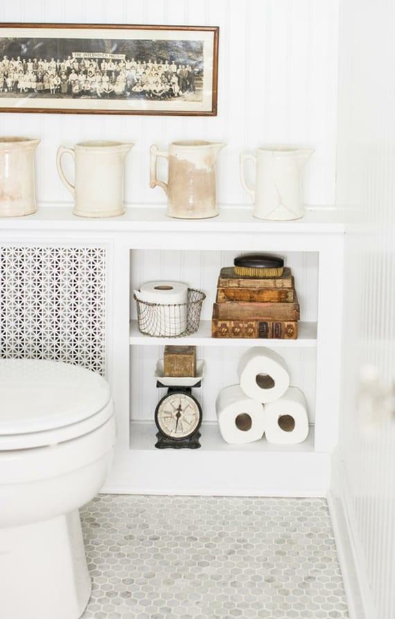 kleines bad schick und rustikal gestalten im weiß mit mosaikboden und klassischem heizkörper-schrank weiß mit regalen