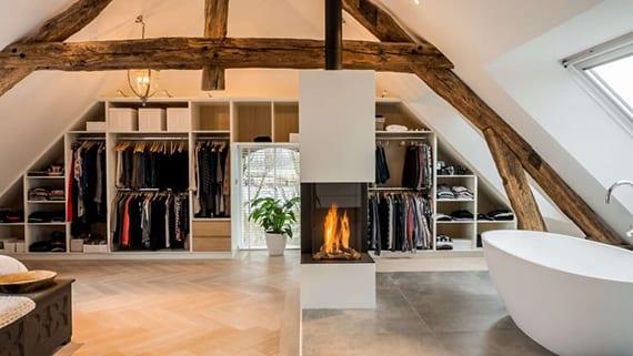 Offener Kleiderschrank In Dachschräge Einbaeuen Für Moderne Einrichtung  Großer Schlafzimmer Am Dach Mit Dachfenstern, Dachstul