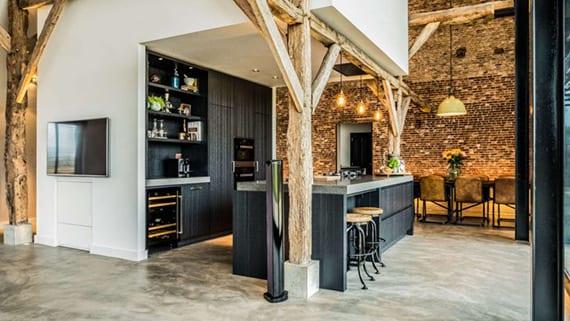 solide schwarze Einbauküche mit schwarzem Kochinsel, Küchenarbeitsplatte aus naturstein grau, vintage barhocker rund
