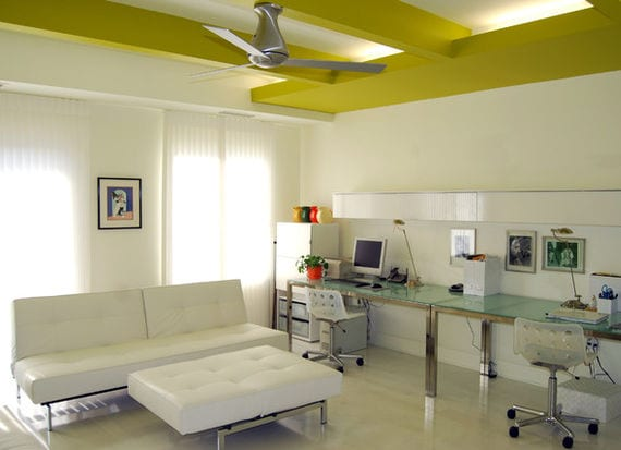 kreative deckengestaltung mit farbe für räume mit weißem interieur wie ein büroraum mit glasbürotischen und weißem ledersofa und tischhocker, weißen gardinen und wänden