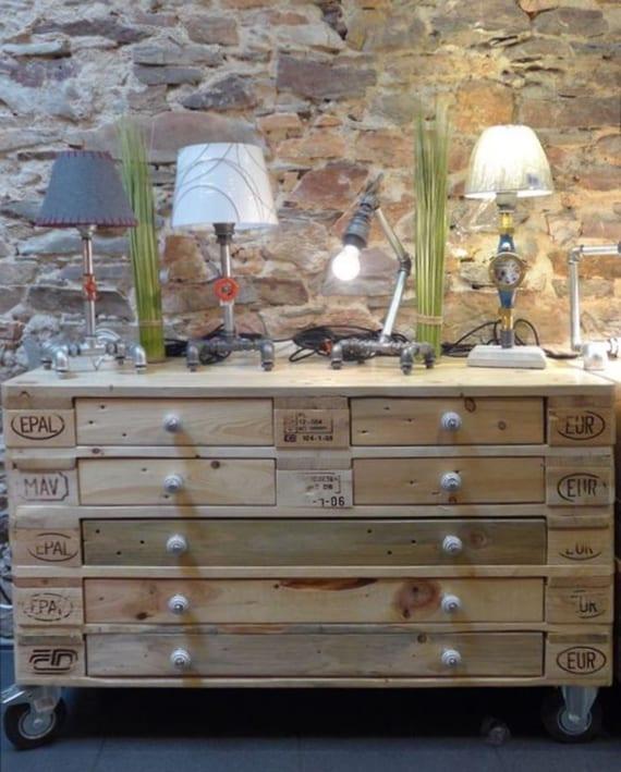 mobiles sideboard aus europaletten mit schubladen selber bauen und dekorieren mit diy vinatge tischlampen aus metallrohre