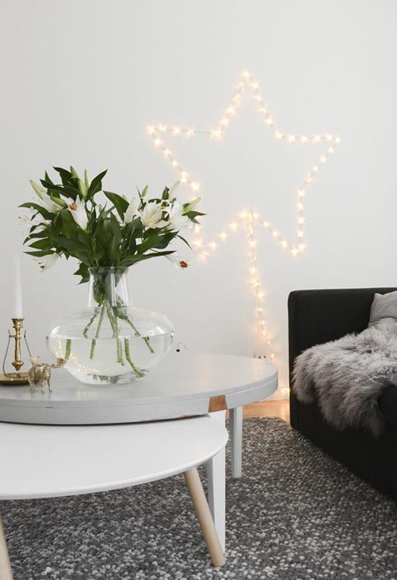 wand im schlafzimmer weihnachtlich dekorieren mit Stern aus lichterkette