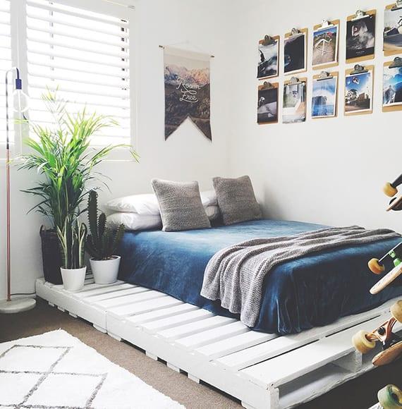 kleines jugendzimmer originell gestalten mit palettenbett weiß, grünnen zimmerpflanzen,wanddeko mit fotos auf klemmbrettern