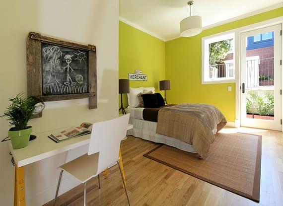 coole farbideen schlafzimmer mit Wandfarben chartreuse und weiß, parkettbodenbelag, kleinem schreibtisch weiß und coole diy wanddeko
