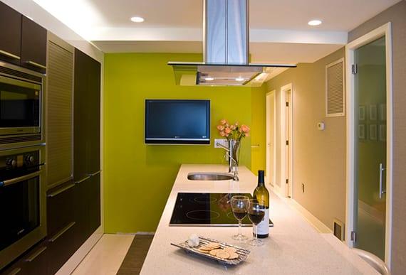 passende farben für kleine küche braun, kochinsel weiß, wandfarbe beige, akzentwand grün und indirekter deckenbeleuchtung