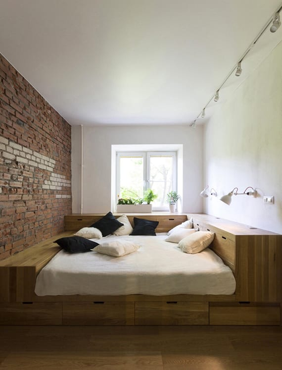 kleines schlafzimmer platzsparend einrichten mit holzbett, wandgestaltung ziegeln, spot-deckenleuchten weiß, fensterdeko mit pflanzen in weißen blumentöpfen