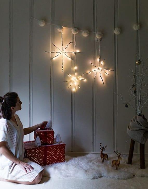 hängende schneeflocken-weihnachtsdeko basteln mit holz und lichterkette