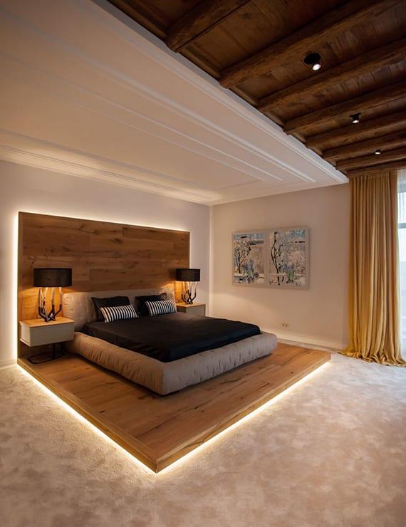 wohnideen für kreatives interieur design schlafzimmer weiß mit holzdecke, bettwäsche schwarz, polsterbett beige
