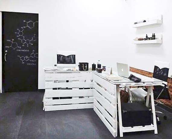 kleiner büroraum modern gestalten in weiß und schwarz mit diy bürotisch aus paletten weiß, ziegelwand und coole türgestaltung schwarzer zimmertür