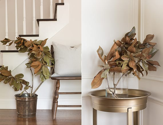 herbst und winter deko mit getrockneten Magnoliazweigen in metalleimer oder glasvase als rustikaler akzent in modernem flur interieur weiß