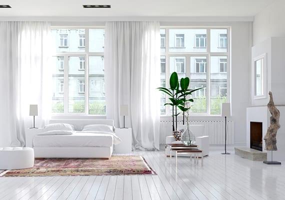 stilvolle schlafzimmergestaltung mit kamin, holzboden weiß, schlafzimmermöbeln leder weiß, weißen gardinen und klassischen fenstern mit sprossen