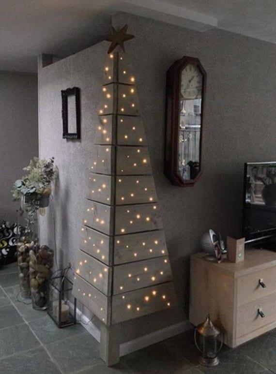 wohnzimmer weihnachtlich dekorieren mit einem DIY Weihnachtsbaum aus holzbrettern und einbau LEDs