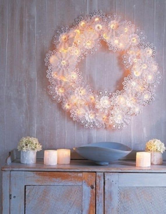 leuchtende wandekoration mit DIY weihnachtskranz aus weißen Biedermeiermanschetten