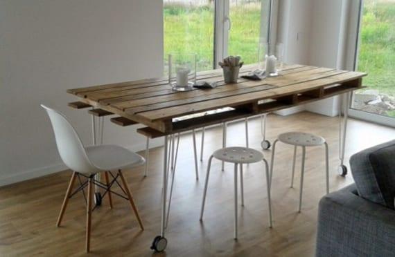 moderner esstisch bauen aus paletten für moderne esszimmereinrichtung im skandinavischen stil mit holzboden und weißen esszimmerstühlen und metallhockern