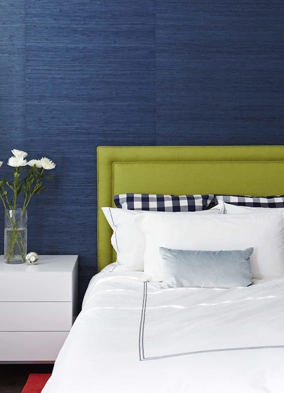 kreative wohnideen schlafzimmer mit blauen tapeten, bett mit grünem polsterkopfteil, nachttisch mit schubladen weiß, schicke bettwäsche weiß mit dunkelblaem akzent