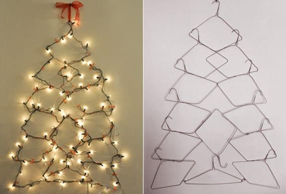 coole weihnachtsbaum alternative aus kleiderbügeln und lichterkette an der wand