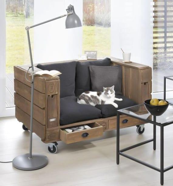 wohnideen für stilvolle einrichtung im industriellen stil mit palettenmöbel auf rollen mit schubladen, metallstehlampe grau und kaffeetischen aus metall und glas