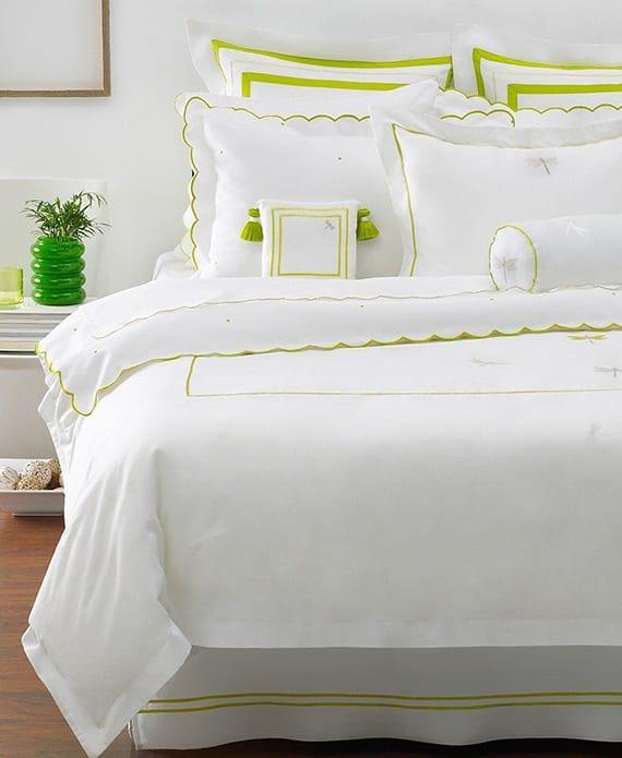 elegante bettwäsche weiß mit grüngelblichem muster für elegante gestaltung schlafzimmer weiß mit weißen nachttischen, deko mit glasvase grün und dunklem holzbodenbelag