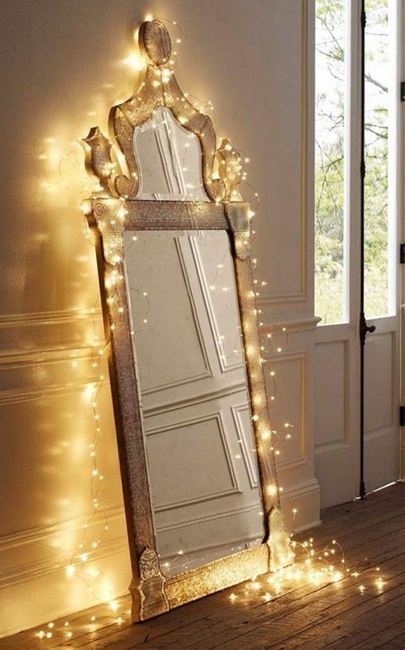 schicke weihnachtsdeko ideen mit lichterkette und stehspiegel mit rustikalem holzrahmen