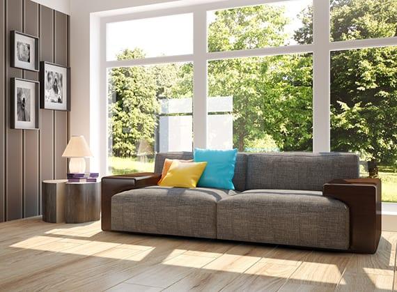 wohnideen verglasung wohnzimmer mit weißem drei flügel fenster fest ferglast, modernem polstersofa grau, beistelltisch rund, holzwandverkleidung
