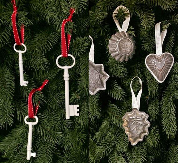 rustikaler weihnachtsbaumschmuck mit weißen Schlüsseln und silbernen Plätzechformen