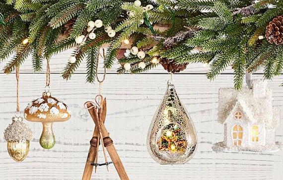 glamour-weihnachtsbaumschmuck in gold, silber und weiß zum dekorieren von Weihnachtsbaum und Girlanden aus Grün