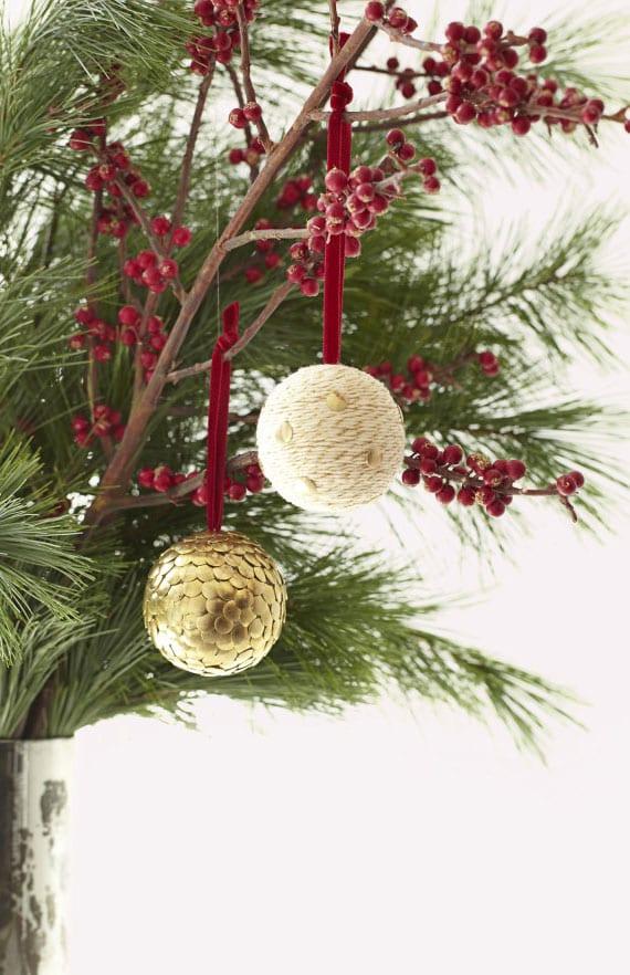 diy weihnachtsbaumkugel mit schnur und goldenen Reißnägeln
