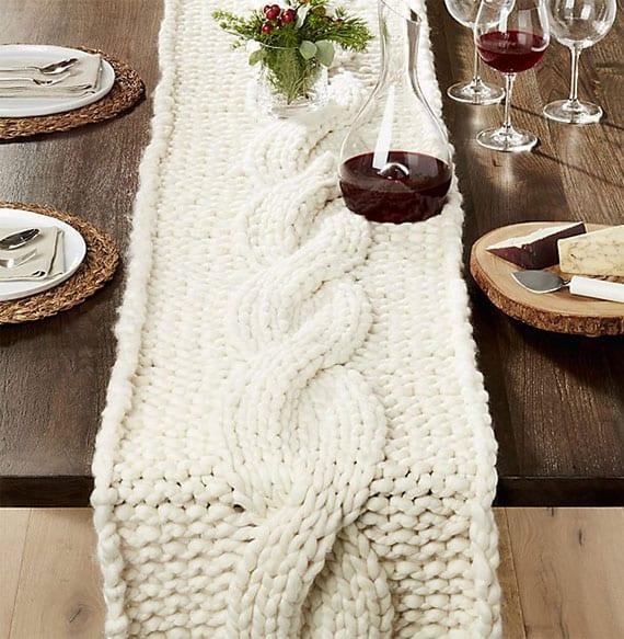 tisch weihnachtlich decken mit runden platzsets-weiden, essteller weiß, käsebrett aus holzscheibe und tischläufer gestrickt