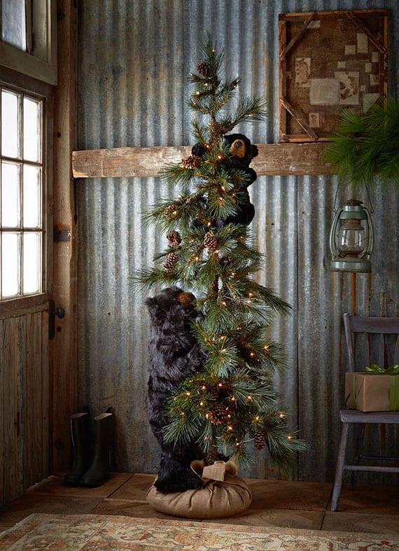 kreative dekoration weihnachtsbaum mit lichterkette, zapfen und schwarzen bären