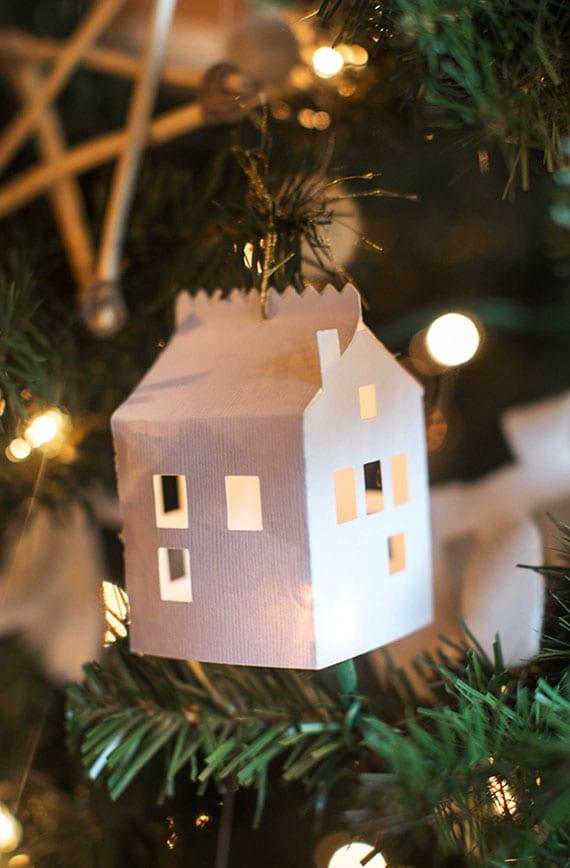 coole christbaumdekoration mit diy haus-anhänger aus papier